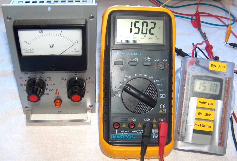 Das Eigenbau-HV-Meter wird mit einer energiereichen HV-Quelle und einem Multimeter überprüft